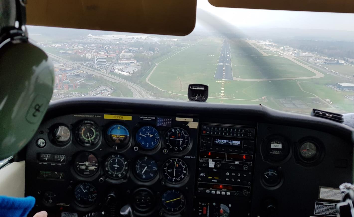 motorflugzeug_cessna172_uebungsanflug_waehrend_ppl_ausbildung